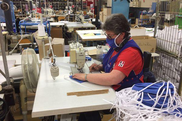 Une salariée du groupe Mulliez-Flory fabriquant des masques de protection à Sèvremoine.