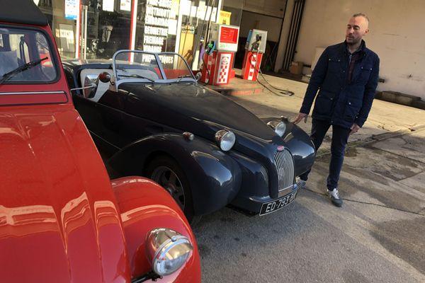 A gauche, une 2CV classique. A droite, le modèle Burton, importé ou construit par Virgile Perrin.