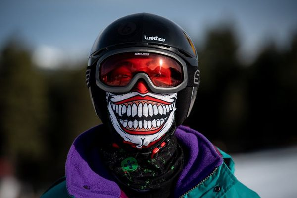 Masque et grand sourire pour les tous premiers skieurs ce lundi 14 décembre dans la station de La Masella, non loin de la frontière française