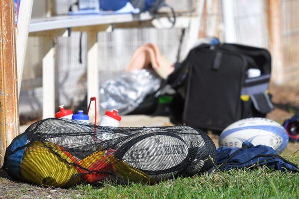 Les compétitions de rugby amateur vont devoir laisser leurs ballons aux vestiaires durant les deux prochains mois.