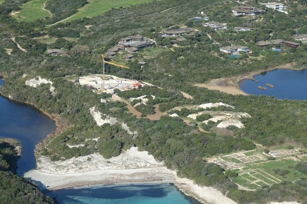A Bonifacio, une chantier est en cours entre les étangs de Sperone et Piantarella, zone classée espace remarquable. Une aberration pour l'association de défense de l'environnement U Levante.