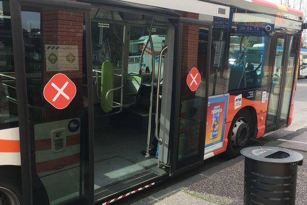 Pour préserver les chauffeurs, les voyageurs doivent monter et descendre du bus par la porte arrière uniquement.