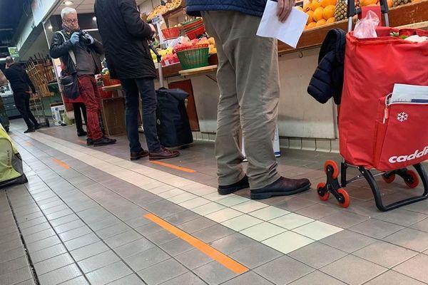 Les halles de Nîmes ont instauré marquage au sol et sens de circulation pour continuer à accueillir leurs clients dans de bonnes conditions de sécurité sanitaire. 21/03/2020
