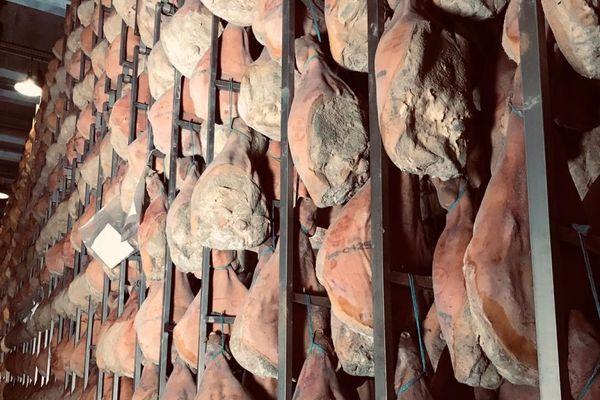 Chaque année, la maison Mas, située dans le Cantal, vend 180 tonnes de jambons.
