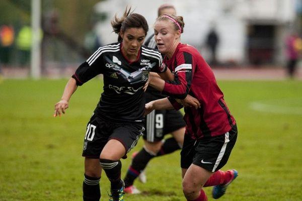 Louisa Necib (Olympique Lyonnais) aux prises avec Heidi Kivelä (PK-35 Vantaa) - 26/09/12