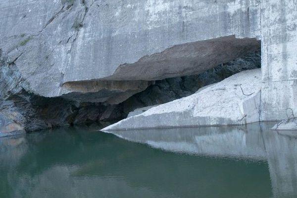 Les vestiges du barrage victime des eaux après l'effondrement d'un imposant bloc de béton.