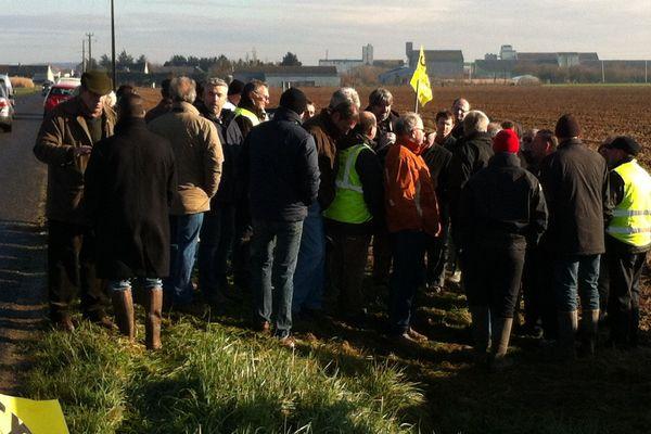 Des agriculteurs manifestants discutent avec le député Jean-Marie Beffara, à Reignac-sur-Indre, le 19 février 2016.