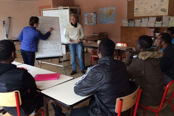 les cours d'alphabétisation sont assuré par des bénévoles au centre d'accueil et d'orientation de Saint-Beauzire en Haute-Loire