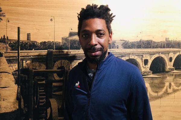 Intéressé par toutes les disciplines du hip-hop, Dadoo, rappeur qui a d'abord commencé en tant que breakdancer, nous a invité à le rejoindre dans un lieu éphémère dédié à la culture hip-hop, entre expositions de graffeurs et dernières baskettes à la mode.
