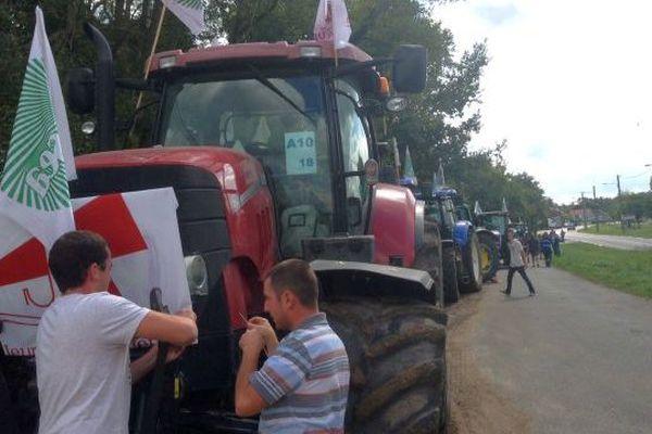 Une vingtaine de tracteurs est arrivée en fin de matinée au rond-point d'Argent-sur-Sauldre en vue d'un pique nique sur le parking. Ils feront une halte à Artenay ce soir dans le Loiret. Avant de rejoindre Paris jeudi.