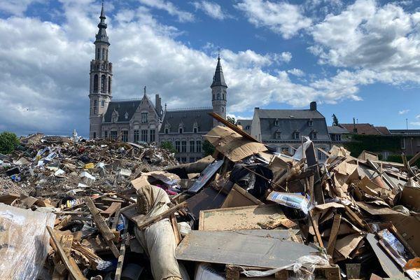 Deux semaines après les inondations meurtrières, les dégâts sont considérables à Verviers et les experts de la fondation architectes de l'urgence sont arrivés sur place pour les évaluer.