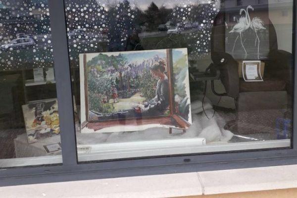 Les toiles peuvent être contemplées de l'extérieur...une exposition astucieuse