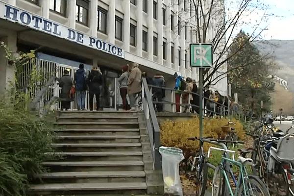 Devant l'hôtel de police de Grenoble, une longue file d'attente pour déposer procuration à l'entre-deux tours des Régionales