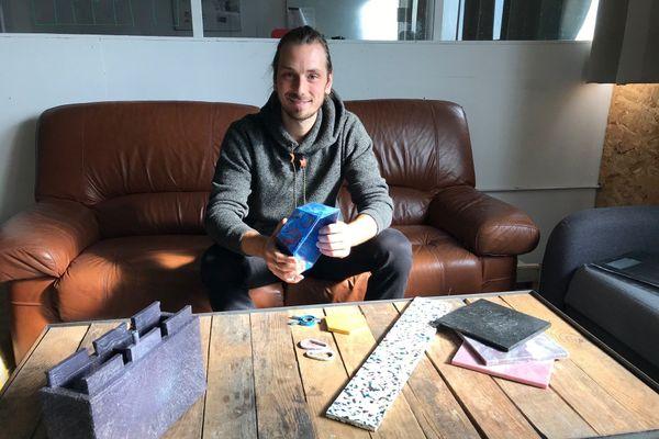 Landry Routhiau dans son atelier de recyclage à la Verrie en Vendée