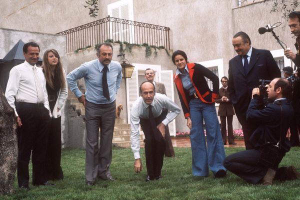 Valéry Giscard d'Estaing alors en campagne pour la présidence joue à la pétanque avec Jacques Médecin (3e gauche),en avril 1974. Raymond Depardon filme la scène