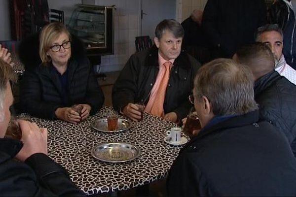 Marie-Louise Fort, maire de Sens (à g.) et le préfet de l'Yonne, M.Jean-Christophe Moraud (à d.), en visite dans un bar aux Champs Plaisants