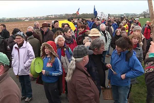 Plus de 500 personnes se sont mobilisées pour une marche de prostestation contre les bassines.