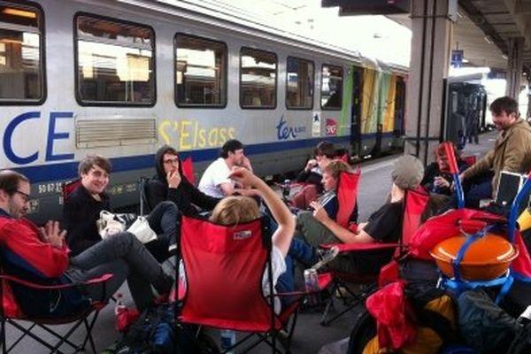 En gare de Mulhouse, des jeunes attendent le TER qui doit les emmener aux Eurockéennes de Belfort