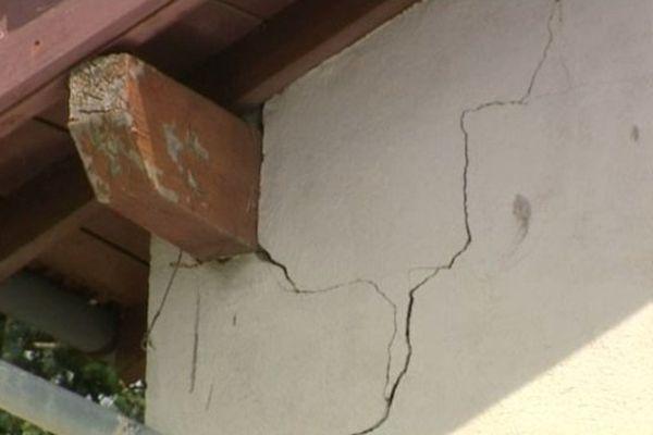 La sécheresse, à l'origine de l'apparition de lézardes sur un mur d'habitation à Espaly-Saint-Marcel. Une dégradation liée au phénomène de retrait-gonflement des argiles.