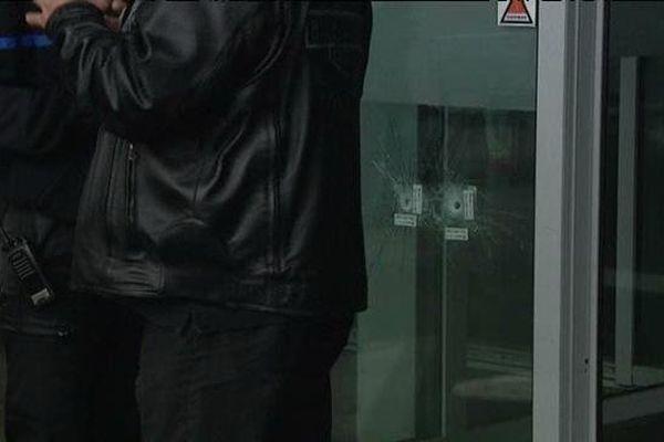impacts de balles à l' entrée de l'hôpital Nord