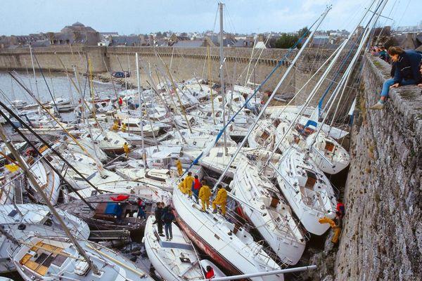 Le port de Concarneau, avec le charivari des bateaux contre les remparts de la Ville close, le matin du 16 octobre 1987 après le passage de l'ouragan
