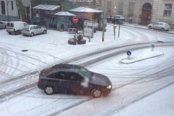 A Lille ce matin, vers 10h00, une voiture semble glisser dans les rues de la ville recouverte depuis peu par un fin manteau de neige.
