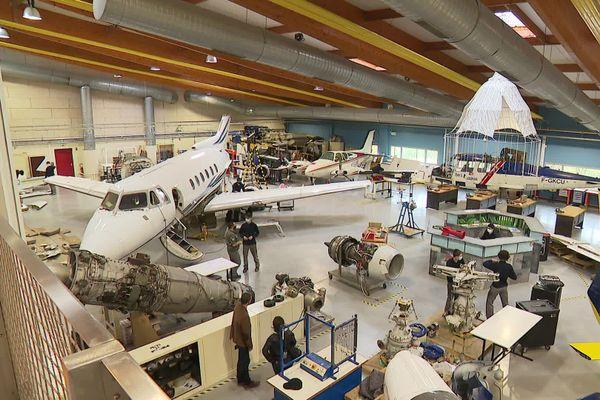 Le jet privé à pris place dans un hangar déjà bien fourni