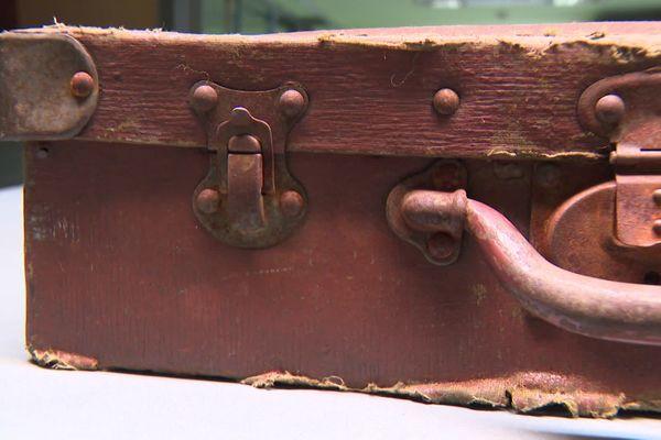 Des trésors du passé découverts dans une valise oubliée à Lyon