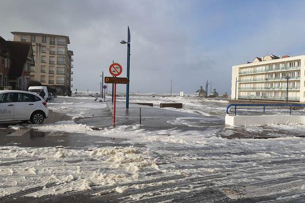 La digue et les rues de Wimereux recouvertes de mousse de mer ce lundi