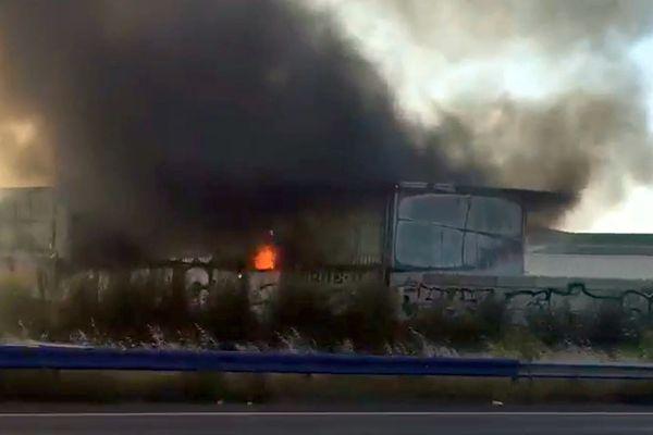 Toulouse - un entrepôt en feu le long du périphérique nord - 25 août 2021.