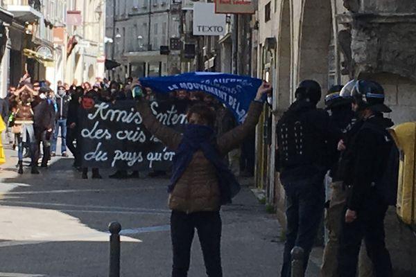 Environ 500 personnes ont manifesté dans les rues de La Rochelle pour la 24ème mobilisation des Gilets Jaunes.