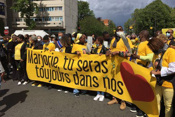 """Une banderole """"Marjorie, tu seras toujours dans nos cœurs"""" déployée par sa famille, au cours de la marche jaune."""