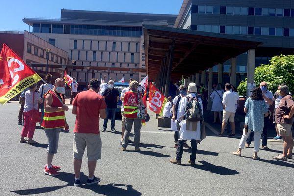 Une cinquantaine de manifestants devant l'hôpital de Rodez