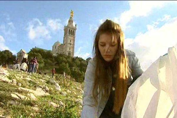 Ramassage citoyen de déchets ce dimanche sur la colline de la Garde à Marseille.