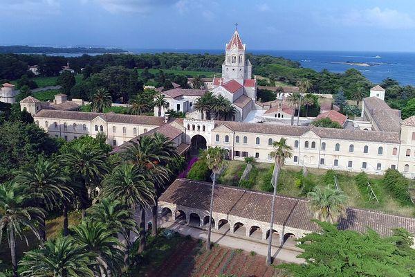 L'abbaye de Lérins est située sur l'île Saint-Honorat, en face de Cannes.