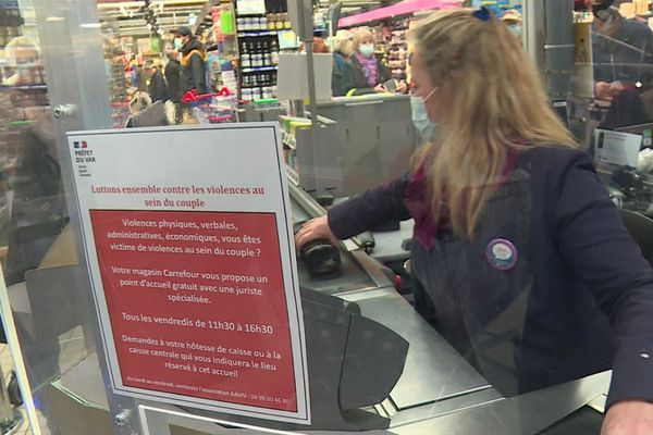 Dans l'hypermarché Carrefour de Puget-sur-Argens, des affichettes informent les clientes de l'existence de cette cellule d'aide pour lutter contre les violences conjugales.