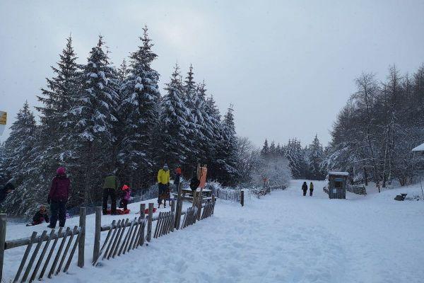 Au Col du Guéry, dans le Puy-de-Dôme, de nombreux amateurs de glisse sont venus profiter de la neige ce dimanche 6 décembre.
