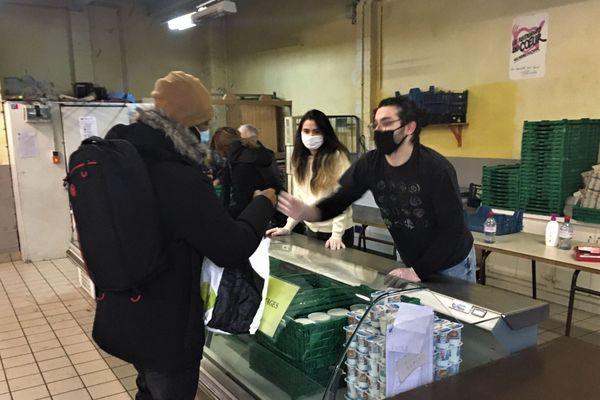 Chaque samedi matin, jusqu'au 14 mars 2021, les Restos du Coeur de la Marne, 21 rue des Poissonniers à Reims, mène une distribution alimentaire pour les étudiants.