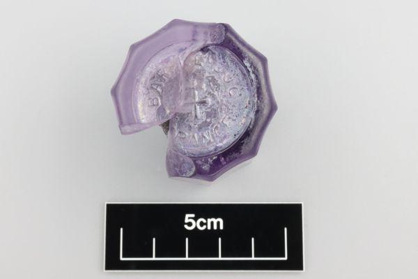 Le fragment de pot de confiture de Lorraine photographié par l'archéologue américaine Marni Francell. C'est le manganèse contenu dans le verre exposé au soleil qui a donné cette couleur violacée.