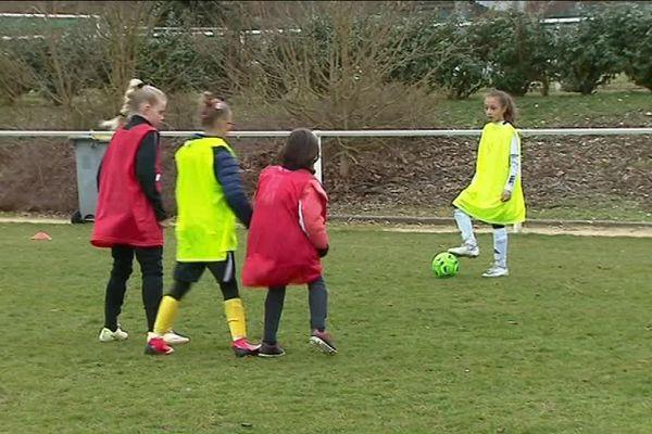 Entre ateliers techniques et matches, les jeunes filles ont découvert le football en s'amusant.