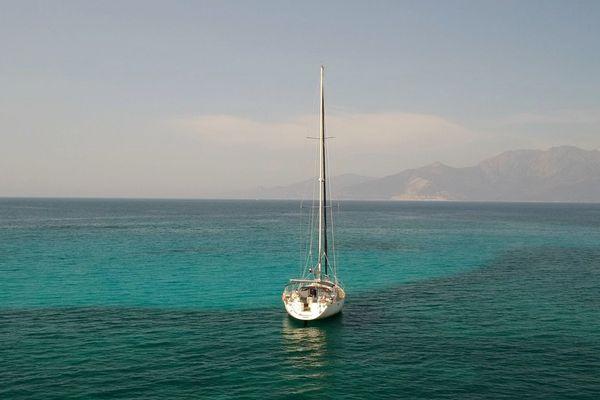 A bord de leur voilier, Arnaud Dauphin et Mélanie Barel vont faire le tour du monde