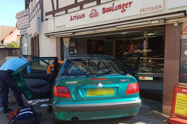 La voiture est allée percuter la vitrine de la boulangerie.