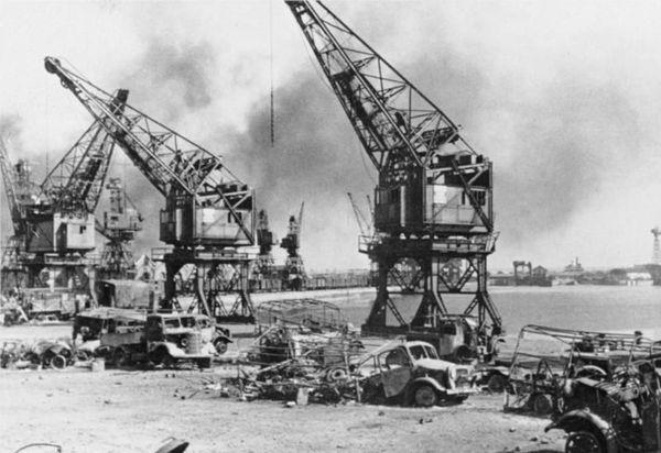 Le port de Calais bombardé (photo prise par les Allemands le 31 mai 1940).