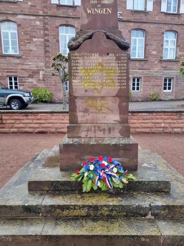 Le monuments aux morts a été tagué ce week-end à Wingen-sur-Moder, tout comme l'école, la gare et la mairie.