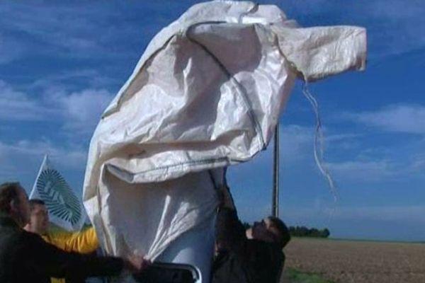 Eco-taxe: des agriculteurs de l'Indre recouvrent une borne automatique destinée à l'enregistrement des passages des poids lourds