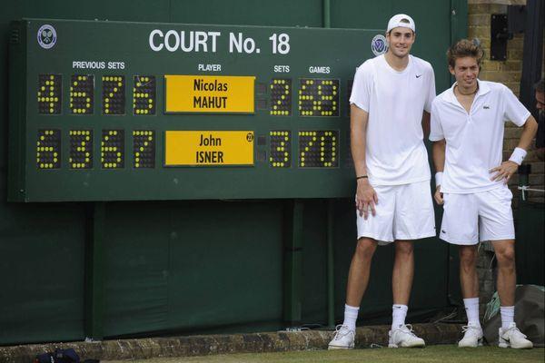 John Isner et Nicolas Mahut à Wimbledon en 2010 après un match historique de 11h05 sur trois jours.