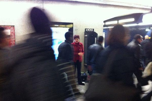 Depuis dix ans, Marie-Reine Wallet, chanteuse lyrique fait résonner sa voix dans les couloirs-cathédrales de la station Auber.