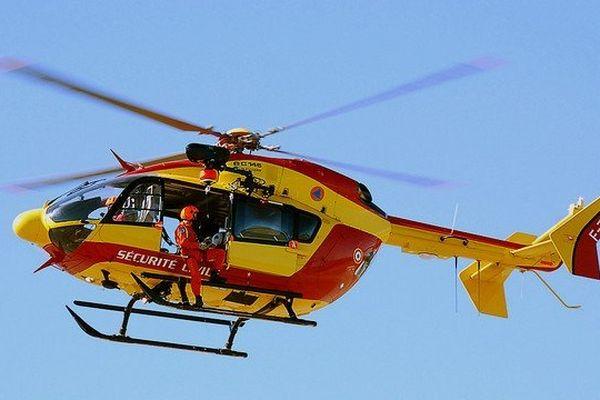 Un hélicoptère de la Sécurité Civile a été mobilisé pour porter secours aux victimes de l'éboulement.