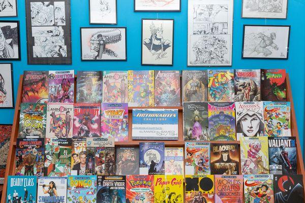 Un étal de comics à la librairie les Fictionautes