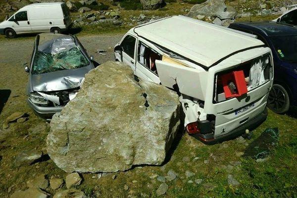 Des blocs entiers de rochers ont percuté les véhicules qui étaient garés sur le parking ce dimanche 23 août